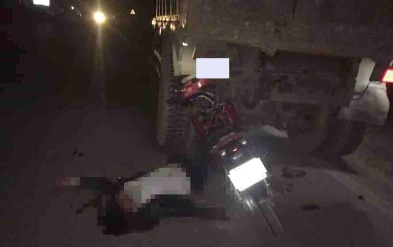 Hiện trường vụ tai nạn xe máy tông vào đuôi xe tải ở Hoà Bình vào tối qua