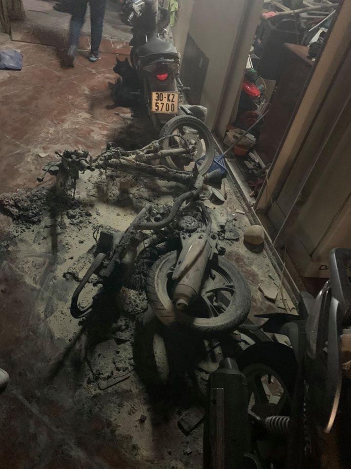 Chiếc xe máy của đối tượng bị đốt cháy rụi trước cửa nhà trong ngõ 609