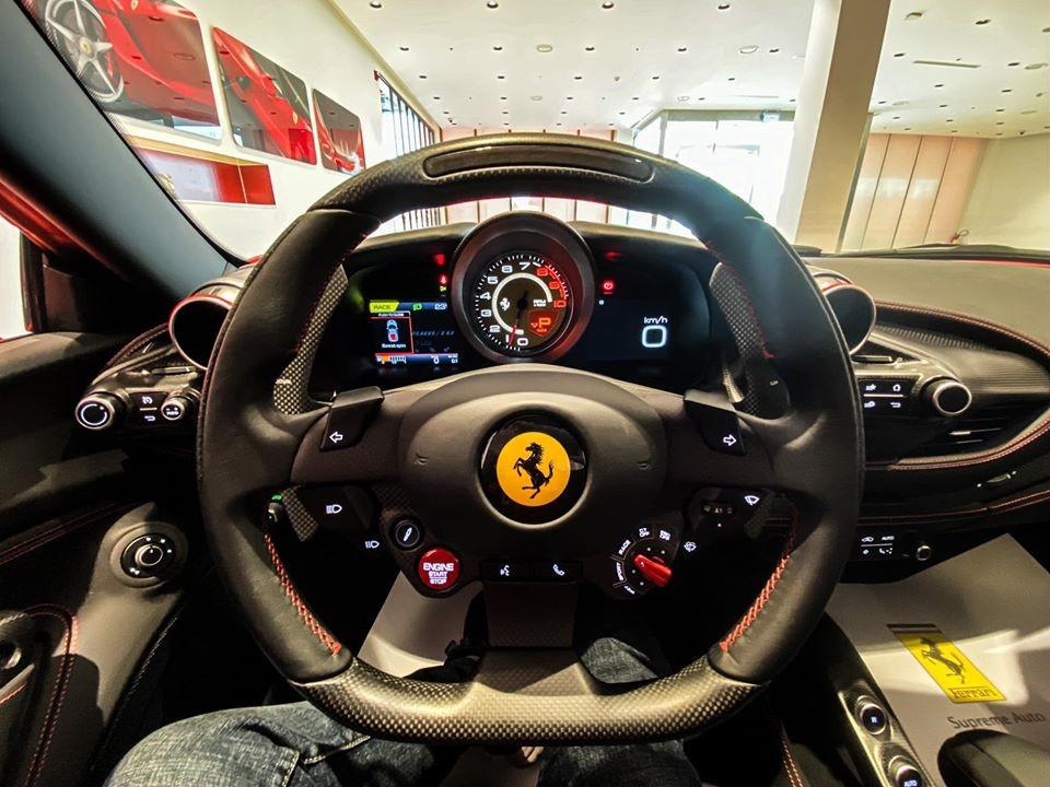 Vô lăng siêu xe Ferrari F8 Tributo thứ 2 về Việt Nam