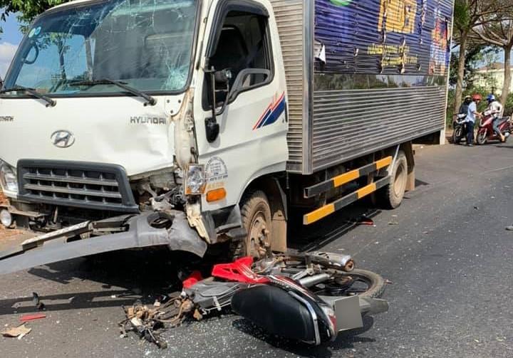 Hiện trường vụ tai nạn của xe tải và xe máy ở Đắk Mil