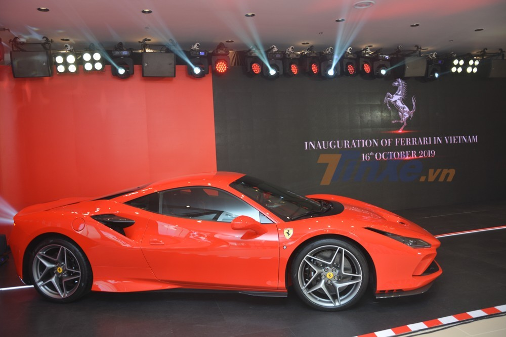 Còn đây là chiếc đầu tiên được mang về nước nhằm trưng bày trong buổi khai trương đại lý Ferrari Việt Nam