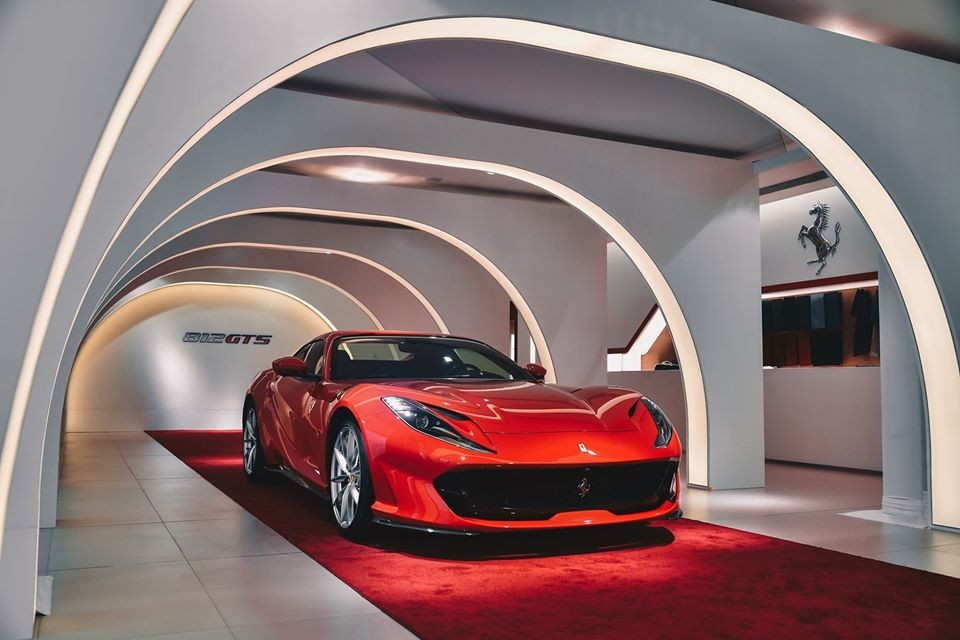 Dịch bệnh corona bùng phát đã khiến cho không ít sự kiện lớn nhỏ trên thế giới phải tạm hoãn chờ ổn định mới tổ chức lại. Trong đó, 2 sự kiện xe lớn nhất Trung Quốc là triển lãm ô tô Bắc Kinh 2020 và chặng đua xe F1 dự kiến diễn ra vào ngày 19 tháng 4 tại thành phố Thượng Hải cũng đã bị hoãn vì viêm phổi Vũ Hán. Ấy thế, đại lý Ferrari Hồng Kông vẫn quyết định tổ chức buổi giới thiệu siêu phẩm Ferrari 812 GTS cho giới nhà giàu ở đây.