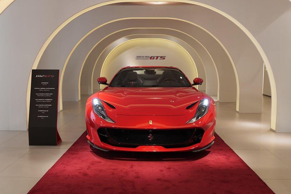 Trái với lo lắng sẽ ít có khách nào đến dự tiệc, đại lý Ferrari Hồng Kông vẫn nhận được một lượng lớn khách VIP cũng như các bạn trẻ mê xe đến showroom để xem mắt siêu phẩm mui trần Ferrari 812 GTS