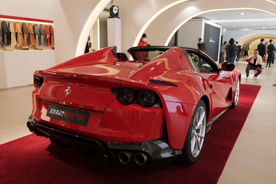Giá bán siêu xe Ferrari 812 GTS tại Hồng Kông sẽ bắt đầu từ con số 5.909.350 HKD, tương đương 17,6 tỷ đồng. Mức giá này chưa bao gồm các tuỳ chọn của chủ xe.