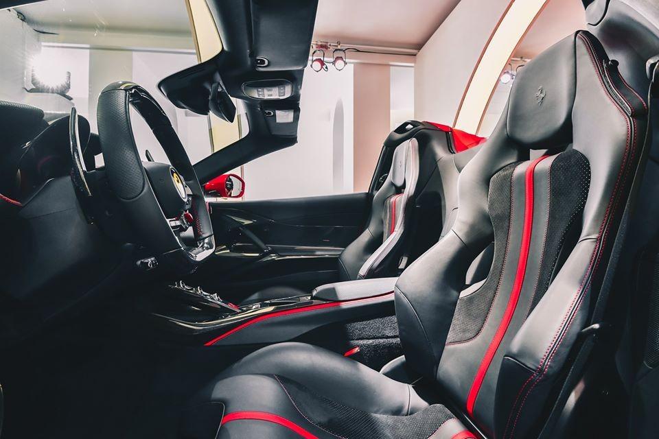 Phần mui xếp điện của siêu xe mui trần Ferrari 812 GTS có khả năng đóng hoặc mở chỉ trong thời gian 14 giây. Ngay cả khi xe lăn bánh, thao tác đóng và mở mui vẫn có thể thực hiện được nhưng phải đảm bảo chiếc Ferrari 812 GTS đang hoạt động ở vận tốc dưới 45 km/h.