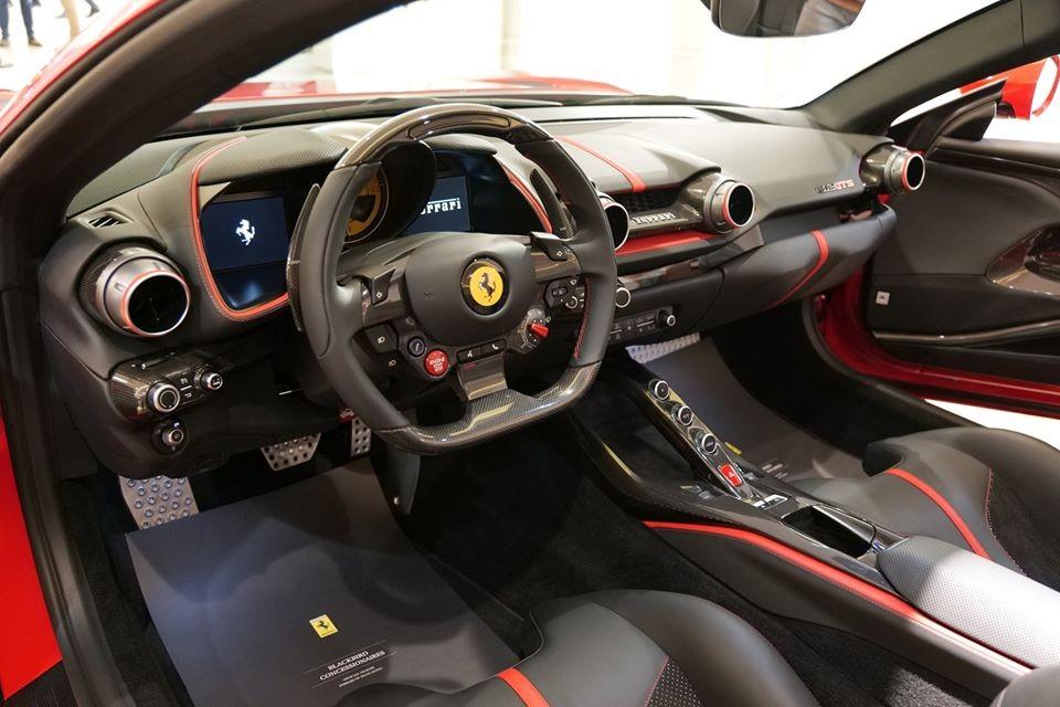 Toàn bộ nội thất của siêu xe Ferrari 812 GTS được trưng bày ở Hồng Kông. Chiếc xe này chỉ phục vụ mục đích trưng bày và sẽ sớm được tái xuất do vô lăng của xe là bên trái, trong khi ở Hồng Kông các xe sử dụng tay lái bên phải.