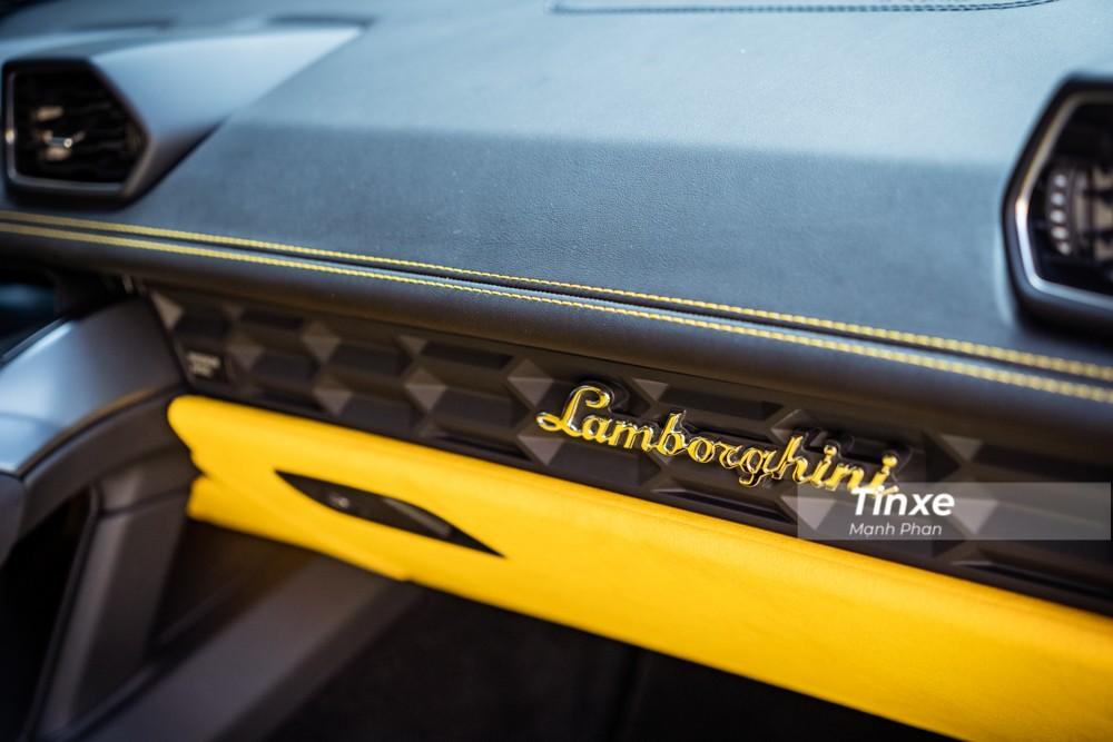 Khoang lái xe bọc da màu vàng cùng chỉ tông xuyệt tông với ngoại thất