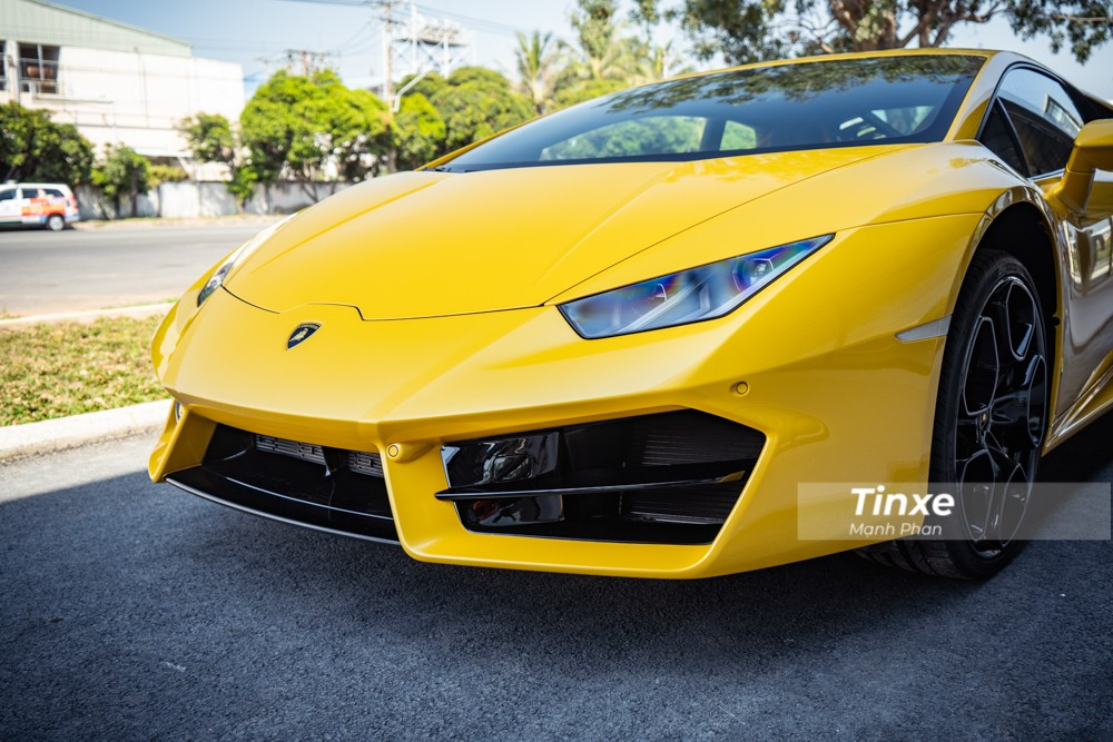 Cản va trước và hốc gió trước của Lamborghini Huracan LP580-2 có thêm thanh chia gió nằm ngang