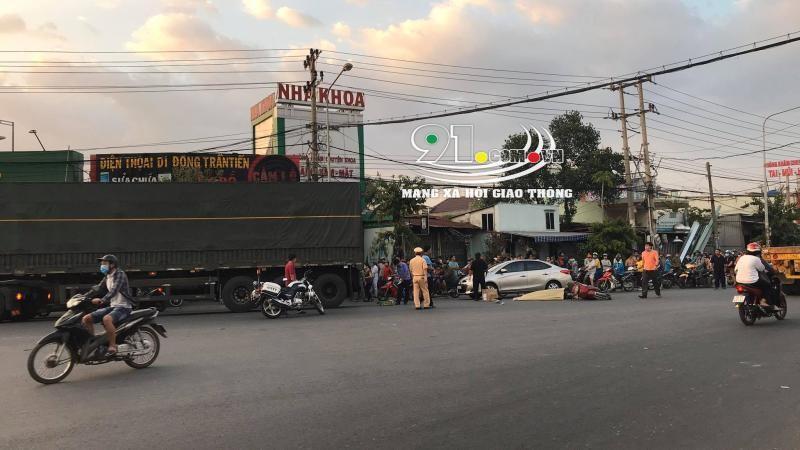 Hiện trường vụ tai nạn của xe container và xe máy tại thị xã Dĩ An vào chiều 22 tháng 2