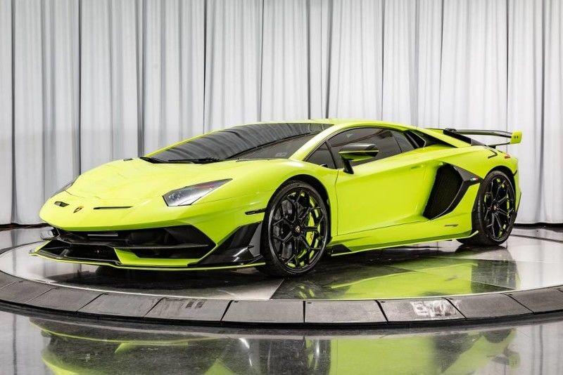 Với hãng siêu xe Lamborghini, họ có bộ phận Ad Personam chuyên lắng nghe yêu cầu của khách hàng về những tuỳ chọn từ lớn cho đến nhỏ. Bộ phận cá nhân hoá này từng tạo ra màu sơn Verde Singh, bộ áo được thửa riêng dành cho đại gia Kris Singh, một khách hàng đặc biệt của hãng nhưng sau này, hãng siêu xe Ý đã lấy màu này áp dụng cho các siêu xe của hãng khi có yêu cầu từ khách hàng.