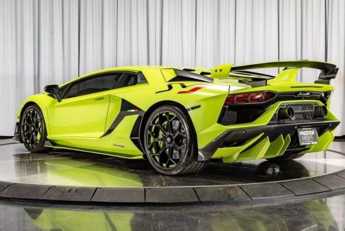 Màu sơn Verde Themis còn được giới sành xe gọi đùa là màu xanh dạ quang, với bộ áo Verde Themis, chắc hẳn chiếc siêu xe Lamborghini Aventador SVJ luôn nổi bật dù xuất hiện ở bất cứ nơi đâu.