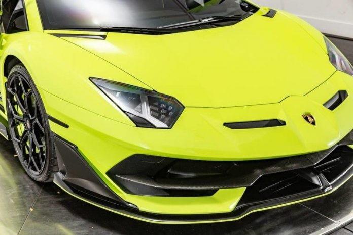 Ngoài màu sơn xanh Verde Themis, chiếc siêu xe Lamborghini Aventador SVJ này còn có nhiều chi tiết bằng carbon nhám rất ấn tượng.