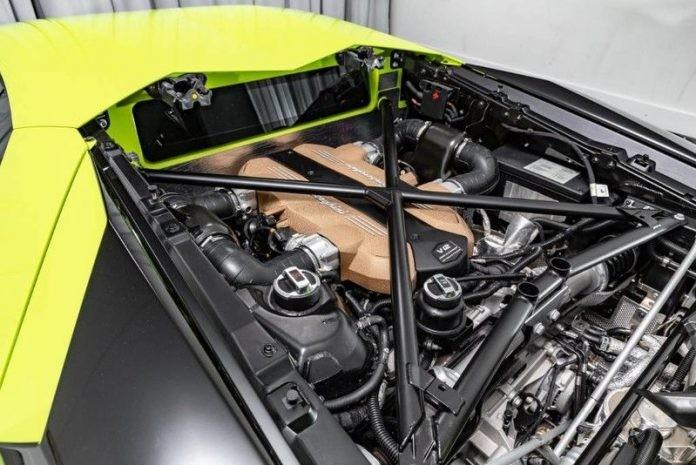 Chiếc siêu xe Lamborghini Aventador SVJ mang màu xanh Verde Themis vẫn được trang bị khối động cơ V12, hút khí tự nhiên, dung tích 6.5 lít quen thuộc trên những chiếc Aventador LP700-4 rất được ưa chuộng tại thị trường Việt Nam. Tuy nhiên, ở trên siêu xe Aventador SVJ, hãng Lamborghini đã tinh chỉnh lại khối động cơ này nhằm tạo ra công suất tối đa 770 mã lực, cao hơn 70 mã lực so với bản tiêu chuẩn.
