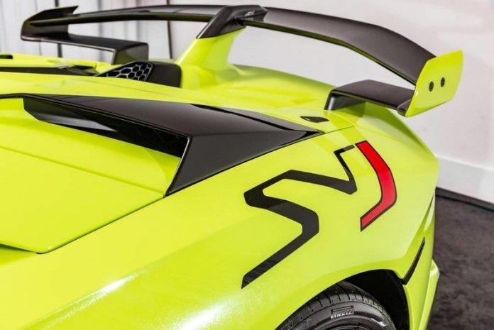 Logo SVJ với ký hiệu SV hoàn thành màu đen và chữ J được phối đỏ trên nền sơn xanh dạ quang Verde Themis rất ấn tượng.