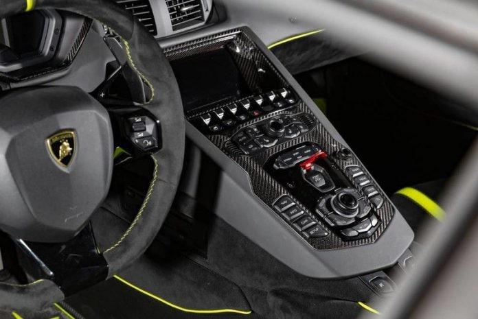 Mô-men xoắn cực đại của Aventador SVJ cũng được nâng cấp thêm 30 Nm lên mức 720 Nm so với các dòng siêu xe Aventador còn lại. Đáng tiếc thay là thời gian tăng tốc từ vị trí xuất phát lên 100 km/h của Lamborghini Aventador SVJ không thể thấp hơn con số 2,8 giây của đàn anh Lamborghini Aventador SV tạo ra. Vận tốc tối đa của siêu xe hàng hiếm mới ra mắt cũng dừng lại ở con số 350 km/h.