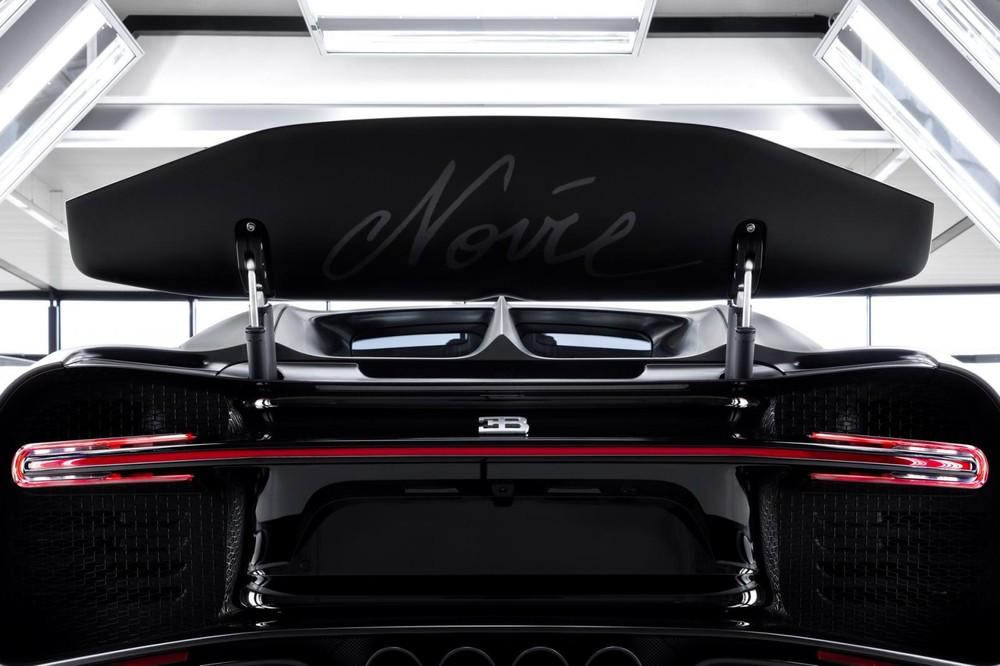 Hãng siêu xe Pháp đặt tên Noire dưới cánh gió đuôi của chiếc siêu xe Bugatti Chiron thứ 250 trên thế giới xuất xưởng để đánh dấu bản quyền.