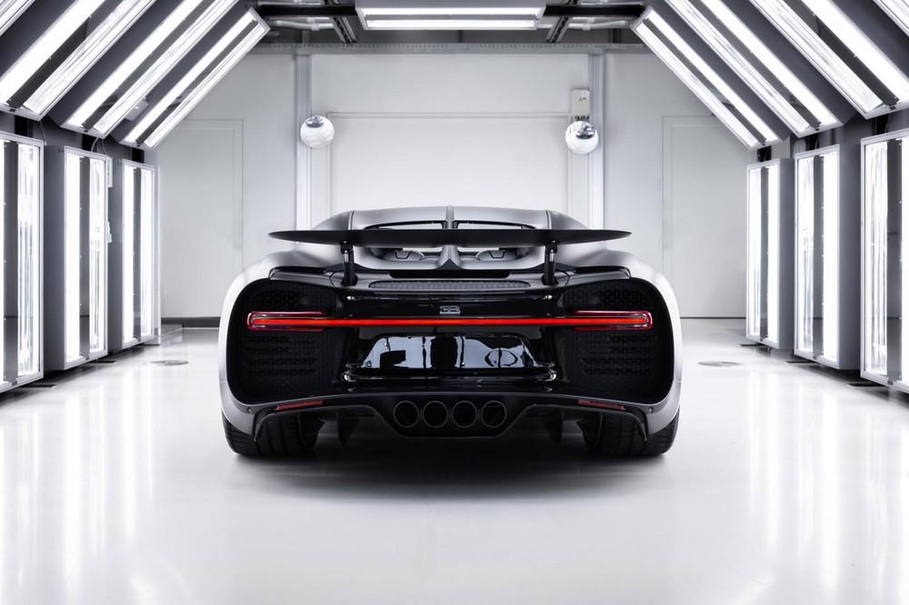 Bugatti Chiron Sport Noire Sportive vẫn sử dụng loại máy W16, với 2 động cơ V8 xếp hình chữ W, dung tích 8.0 lít, đi kèm 4 bộ tăng áp. Động cơ này trên Bugatti Chiron thứ 250 xuất xưởng vẫn tạo ra công suất tối đa 1.479 mã lực và mô-men xoắn cực đại 1.600 Nm. Bugatti Chiron Sport Noire Sportive có thể tăng tốc từ vị trí xuất phát lên 100 km/h trong thời gian khoảng 2,4 giây trước khi đạt vận tốc tối đa 420 km/h.
