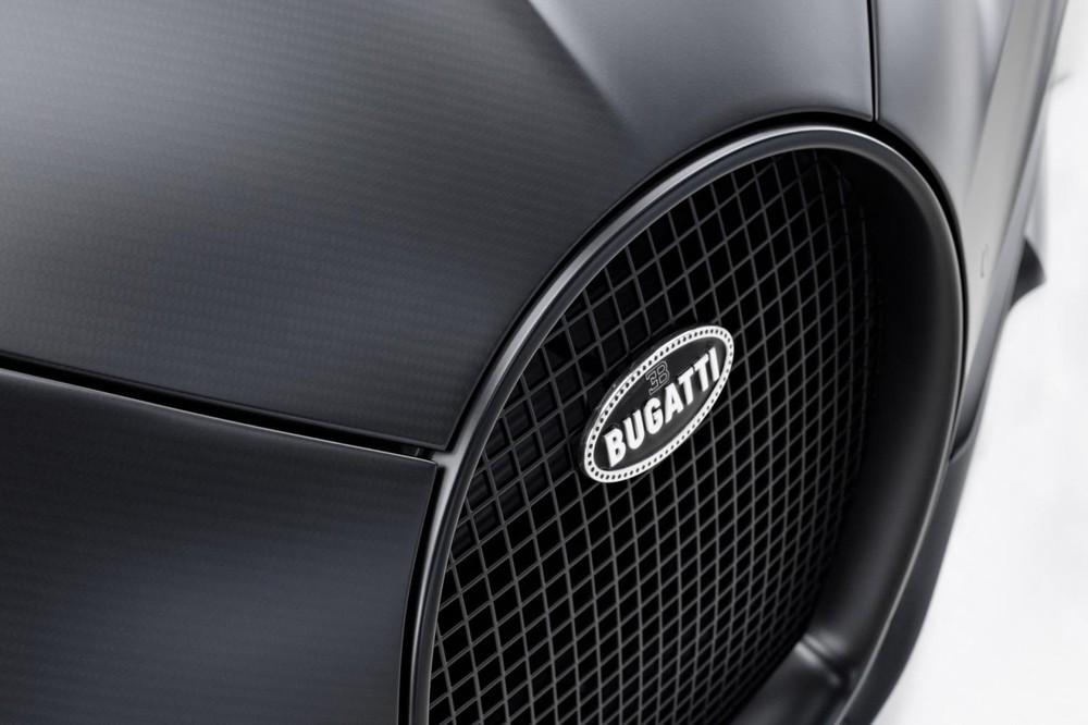Bên ngoài chiếc siêu xe triệu đô Bugatti Chiron Sport Noire Sportive được xây dựng bộ áo rất kỳ công đó là sợi carbon trần nhám. Đây là màu sơn chưa từng xuất hiện trên bất kỳ chiếc Bugatti Chiron nào trước đó.