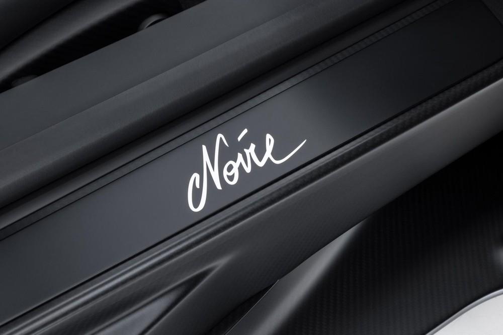 Dòng chữ này còn xuất hiện trên bậc cửa và sẽ tự động phát sáng khi chủ nhân mở cánh cửa của siêu xe triệu đô Bugatti Chiron Sport Noire Sportive