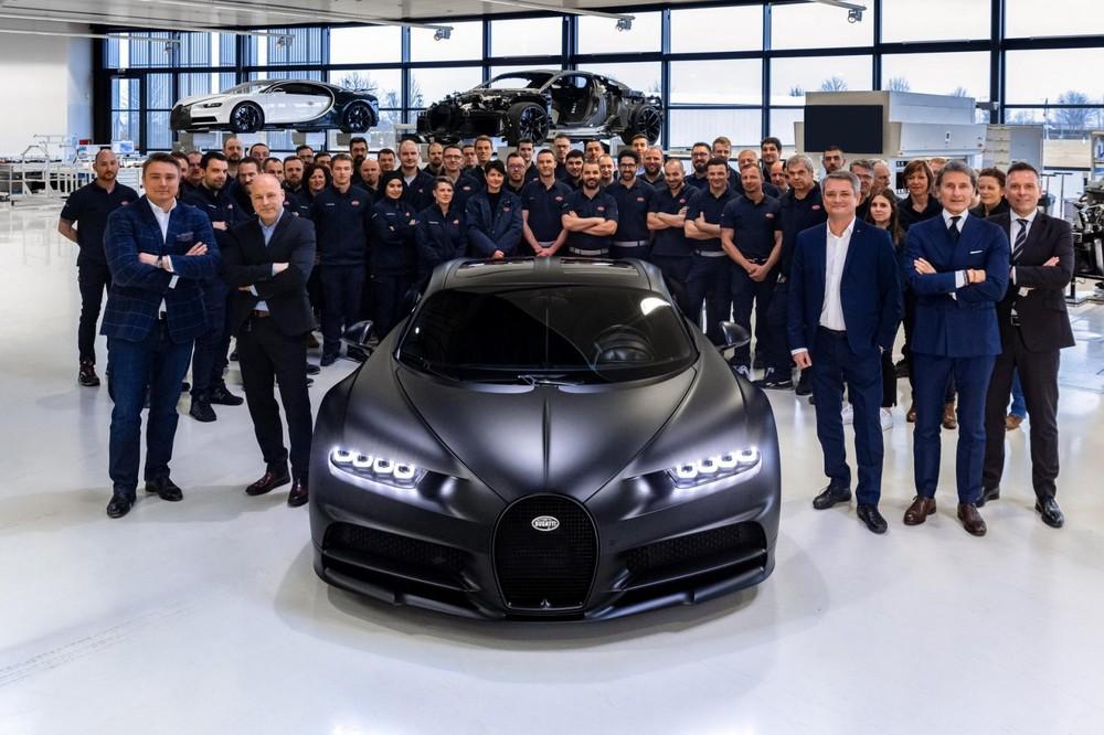 Hãng siêu xe Pháp, Bugatti đã hoàn thành được nửa chặng đường bàn giao cực phẩm Bugatti Chiron cho các đại gia trên thế giới khi mới vừa công bố xuất xưởng chiếc Bugatti Chiron thứ 250 trên toàn thế giới. Tổng cộng có 500 chiếc siêu xe Bugatti Chiron được sản xuất.