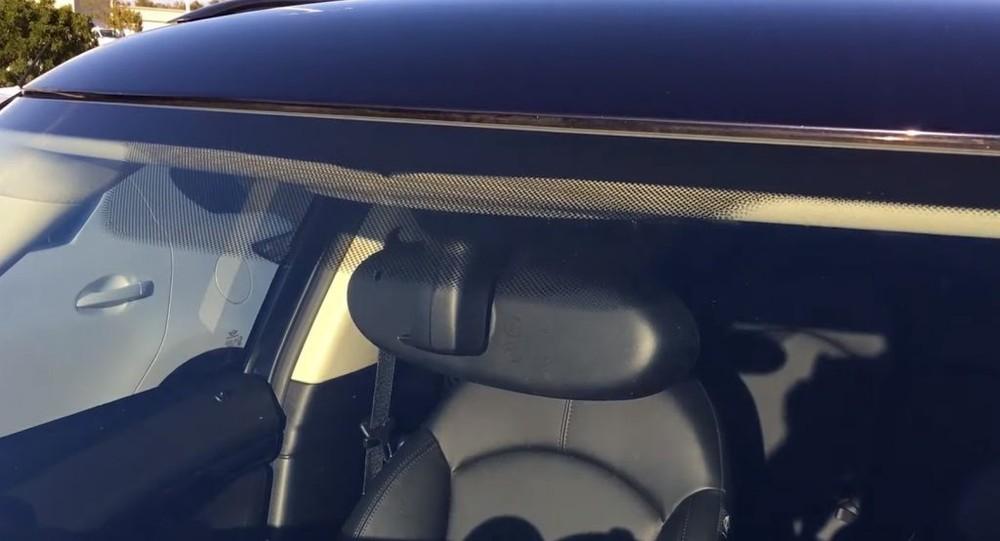 Những chấm nhỏ li ti màu đen trên kính lái ô tô