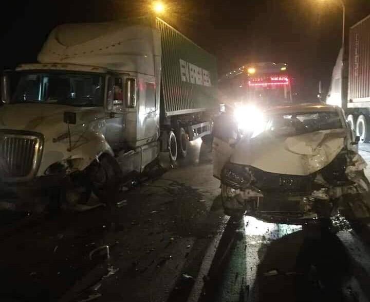 Hiện trường vụ tai nạn xe container và Honda City trên cầu Phùng vào khuya qua