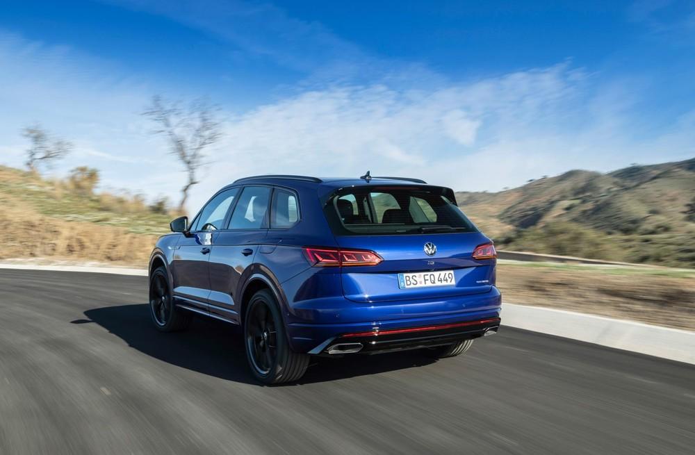 Volkswagen Touareg R nhìn từ phía sau