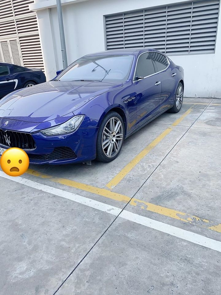 Maserati Ghibli biển Sài thành bị mất một gương bên tài