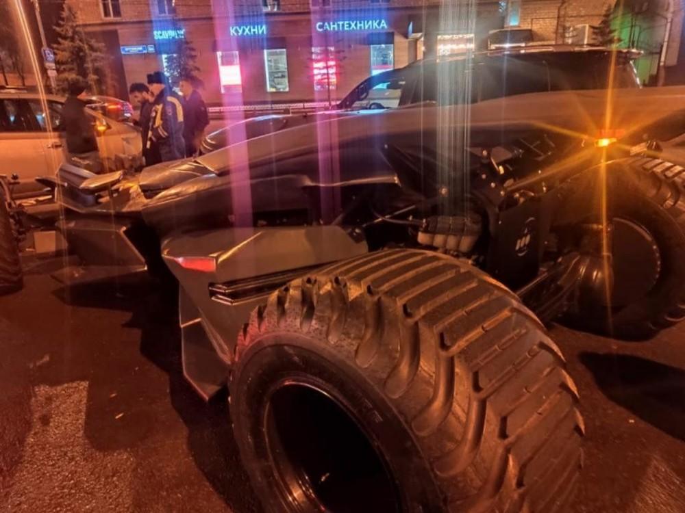 Chiếc Batmobile này có kích thước quá lớn, không đủ tiêu chuẩn lưu thông trên đường