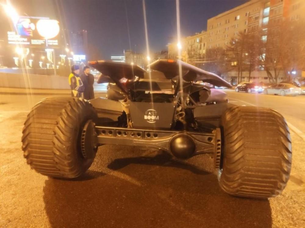 Cảnh sát yêu cầu người lái chiếc Batmobile dừng lại