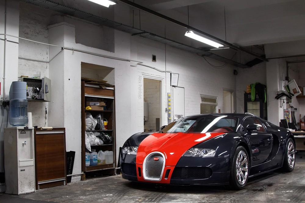 Bạn sẽ thấy ngay chiếc Bugatti Veyron FBG par Hermes này có màu sơn đen bóng kết hợp với màu đỏ ở nắp capô và kéo dài xuống 2 mép lưới tản nhiệt đến tận cản va trước mang đến cái nhìn rất nổi bật.