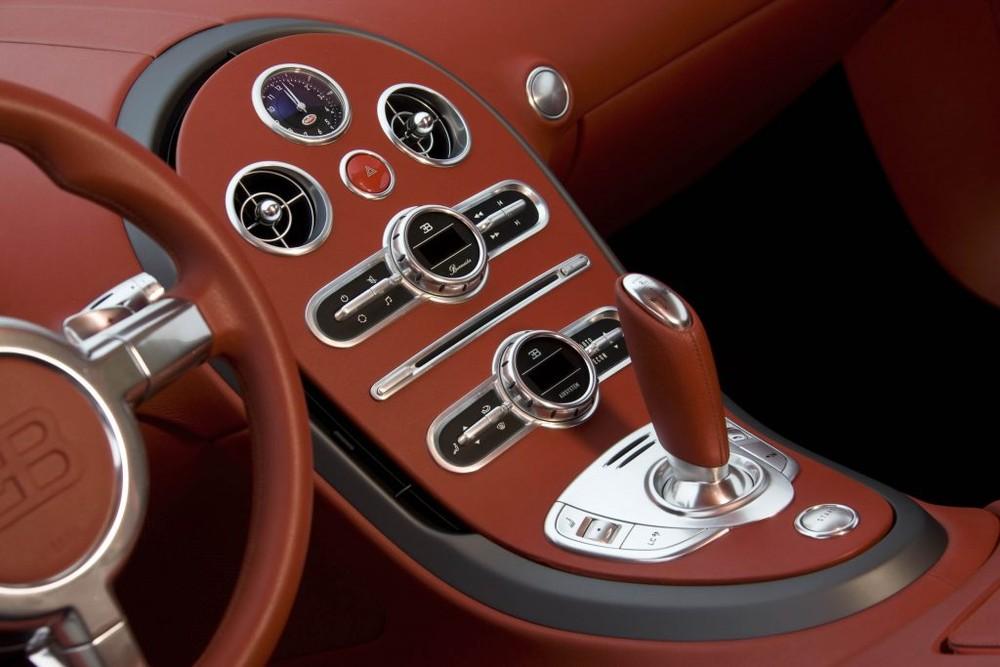 Còn đây là khoang lái của Bugatti Veyron FBG par Hermes có phần nắp capô được phối màu đỏ Vermillion