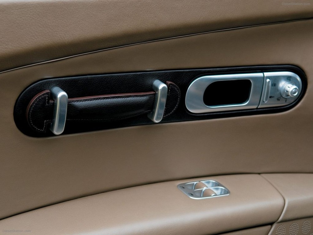 Tay nắm cửa cũng được bọc da loại xịn sò nhất của hãng Hermes và nhìn còn thấy được khắc thương hiệu logo chữ H của hãng thời trang danh tiếng nước Pháp.