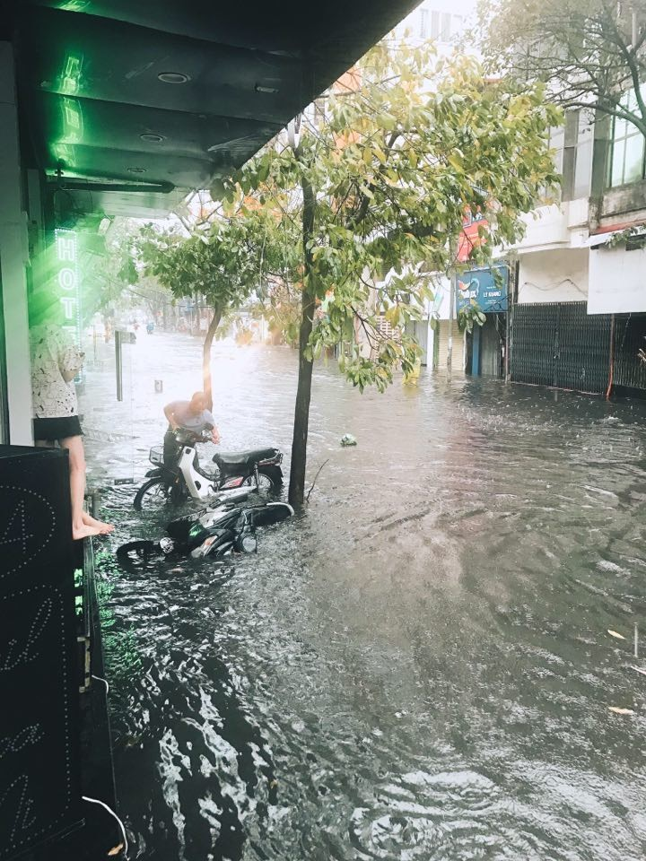 Nguyen Khuyen Street was flooded heavily on the pavement, causing the motorbike to collapse, soaking in the water