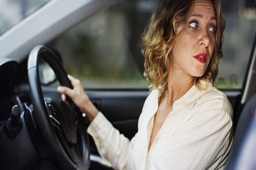Tập thói quen quan sát bao quát kết hợp điều chỉnh tốc độ hợp lý để lùi xe vào chuồng diễn ra thuận lợi hơn