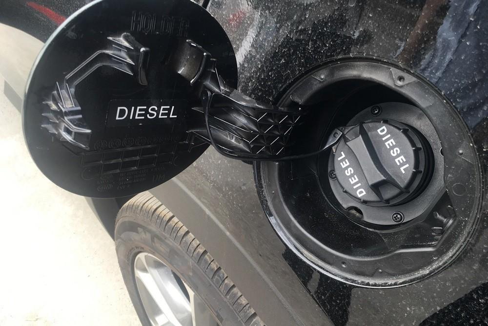 Ký hiệu Diesel in trên nắp bình đựng nhiên liệu của xe sử dụng máy dầu