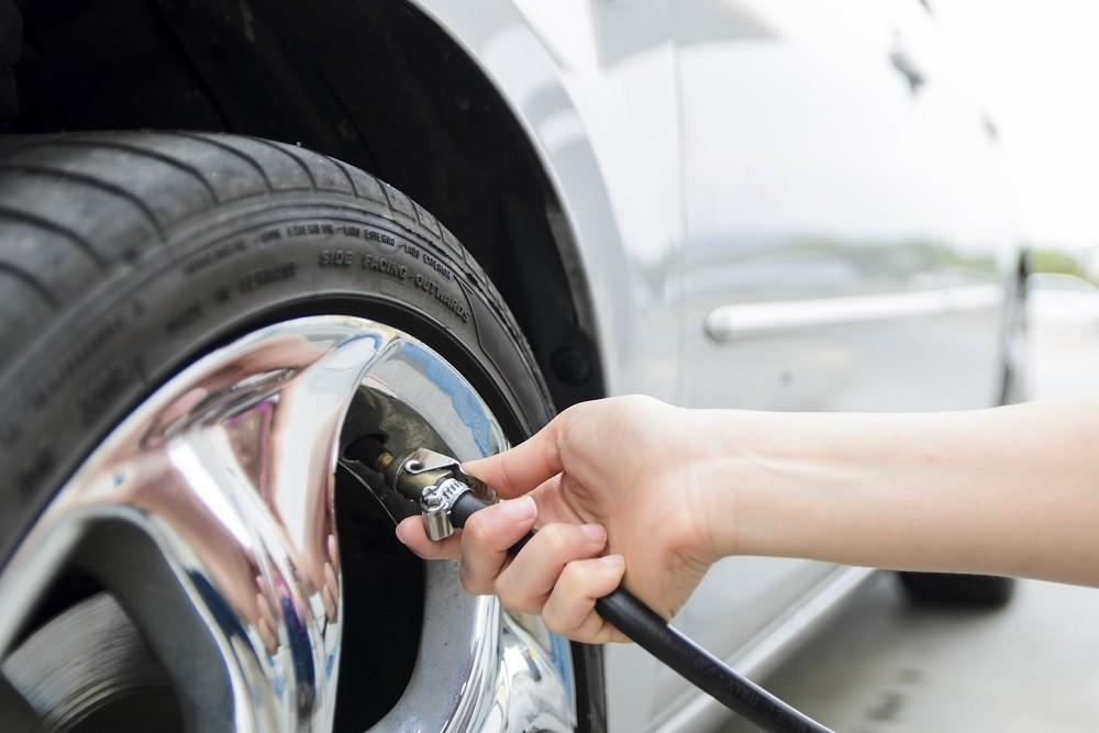 Kiểm tra áp suất lốp xe trước khi khởi hành
