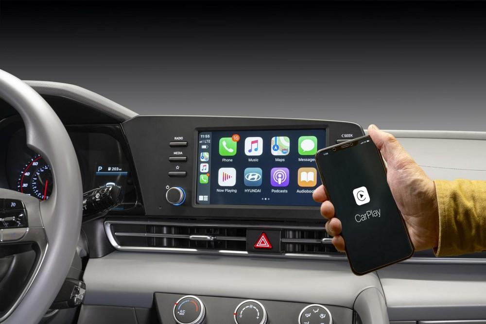 Màn hình thông tin giải trí của Hyundai Elantra 2021 kết nối không dây với điện thoại