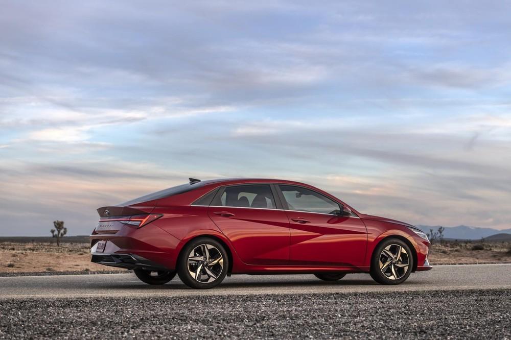 Hyundai Elantra 2021 sở hữu thiết kế sườn xe sắc sảo, góc cạnh