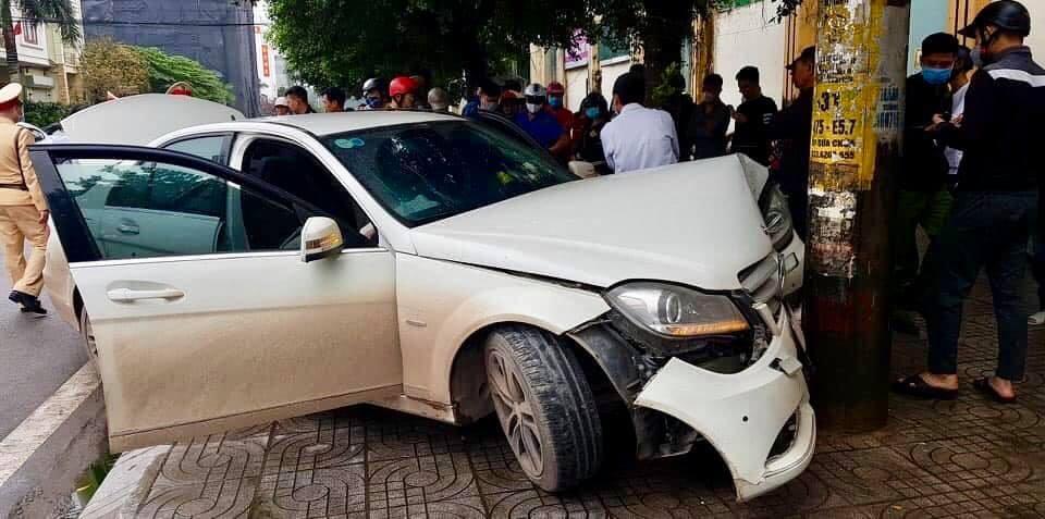 Hiện trường vụ tai nạn xe Mercedes-Benz C-Class bỏ chạy cảnh sát giao thông rồi gặp nạn
