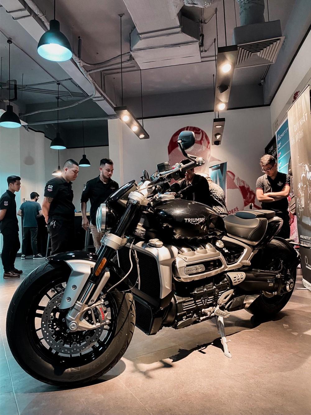 Triumph Rocket III R có mặt tại showroom ở Việt Nam