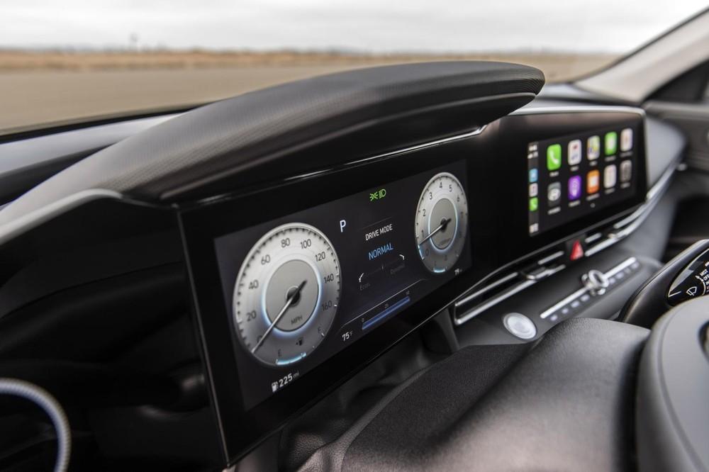 Bảng đồng hồ kỹ thuật số nối liền với màn hình trung tâm