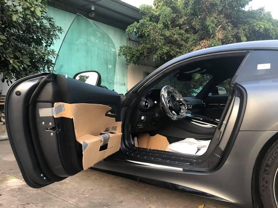 Siêu xe Mercedes-AMG GT R đầu tiên về Việt Nam sử dụng khối động cơ V8, tăng áp kép, dung tích 4.0 lít, sản sinh công suất tối đa 577 mã lực và mô-men xoắn cực đại 700 Nm. Kết hợp cùng hộp số thể thao ly hợp kép 7 cấp, động cơ giúp siêu xe Mercedes-AMG GT R có thời gian tăng tốc từ vị trí xuất phát lên 96 km/h chỉ trong thời gian 3,5 giây trước khi đạt vận tốc tối đa 318 km/h.