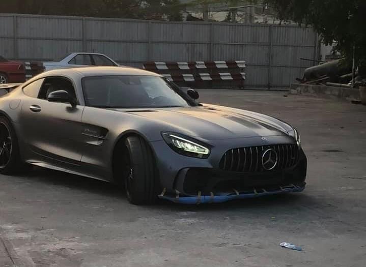 Hiện chưa rõ mức giá bán của chiếc siêu xe Mercedes-AMG GT R độc nhất vô nhị tại Việt Nam, riêng giới nhập xe ước tính siêu xe này có giá lăn bánh tại Sài thành hơn 15 tỷ đồng. Còn tại thị trường nước ngoài, siêu xe Mercedes-AMG GT R có giá bán khởi điểm 162.900 đô la, tương đương 3,78 tỷ đồng.
