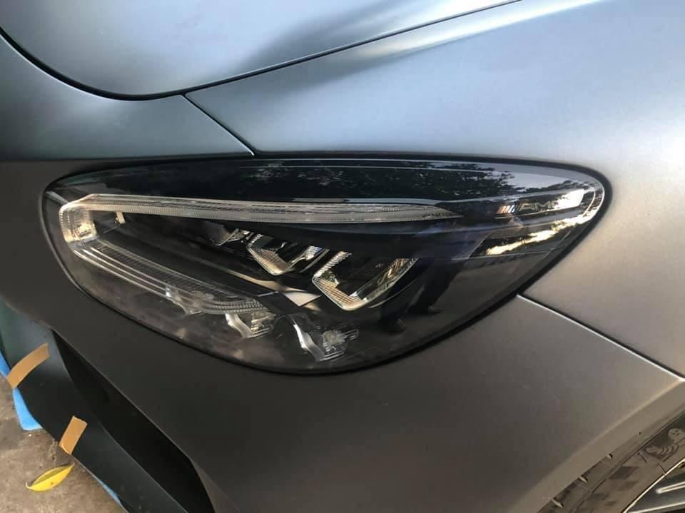 Ngoại hình siêu xe Mercedes-AMG GT R cũng khác biệt hơn so với Mercedes-AMG GT S như lưới tản nhiệt góc cạnh, hốc gió khoẻ khoắn, cản va sau và cánh gió đuôi cố định bằng carbon.