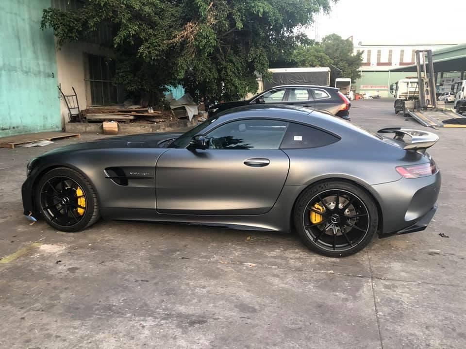 Sự có mặt của siêu xe Mercedes-AMG GT R sẽ giúp cho bộ sưu tập xe Mercedes-AMG GT tại Việt Nam trở nên đa dạng và ấn tượng hơn rất nhiều. Trước đó, các đại gia Việt đã mua Mercedes-AMG GT Roadster, Mercedes-AMG GT S hay Mercedes-AMG GT S Edition One.
