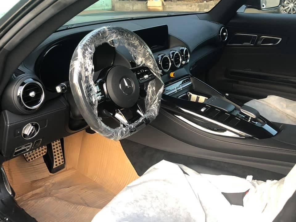 Một nâng cấp quan trọng khác của Mercedes-AMG GT R nằm ở hệ thống lái bánh sau. Hệ thống này giúp Mercedes-AMG GT R vận hành linh hoạt hơn khi ôm cua. Cụ thể, hệ thống này sẽ cho phép 2 bánh trước xoay theo chiều ngược nhau ở vận tốc lên đến 100 km/h. Khi xe chạy ở vận tốc cao hơn 100 km/h, hai bánh trước sẽ xoay cùng chiều nhau để tăng độ ổn định.