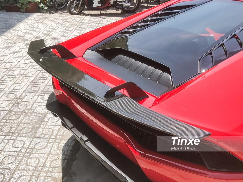 Đối lập với bộ áo đỏ, chiếc siêu xe Lamborghini Huracan LP610-4 còn có cả bộ body kit bằng sợi carbon của Vorsteiner. Điểm ấn tượng nhất chính là cánh gió đuôi của xe bằng carbon.
