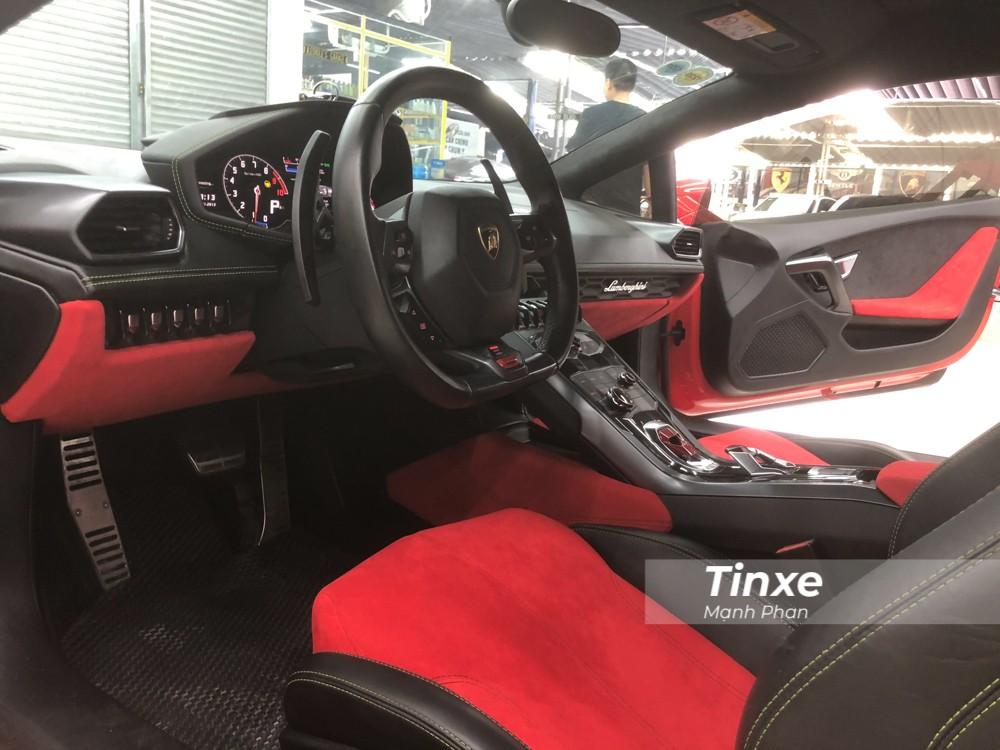 Ngoài việc sơn đổi màu cho chiếc siêu xe Lamborghini Huracan LP610-4, thợ Việt còn bọc lại toàn bộ nội thất của xe bằng da Alcantara màu đỏ thay vì màu xanh cốm như trước.