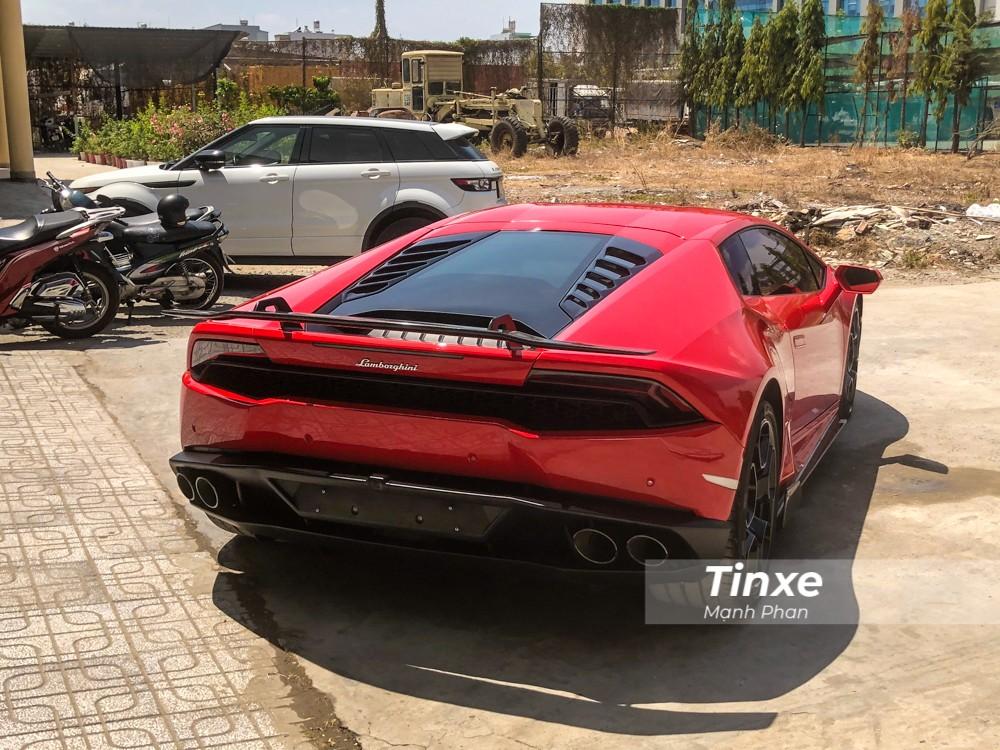 Chiếc siêu xe Lamborghini Huracan LP610-4 này nguyên bản có màu sơn xanh cốm và sau khi tìm thấy chủ mới, chiếc xe được mang đi sơn lại màu đỏ.